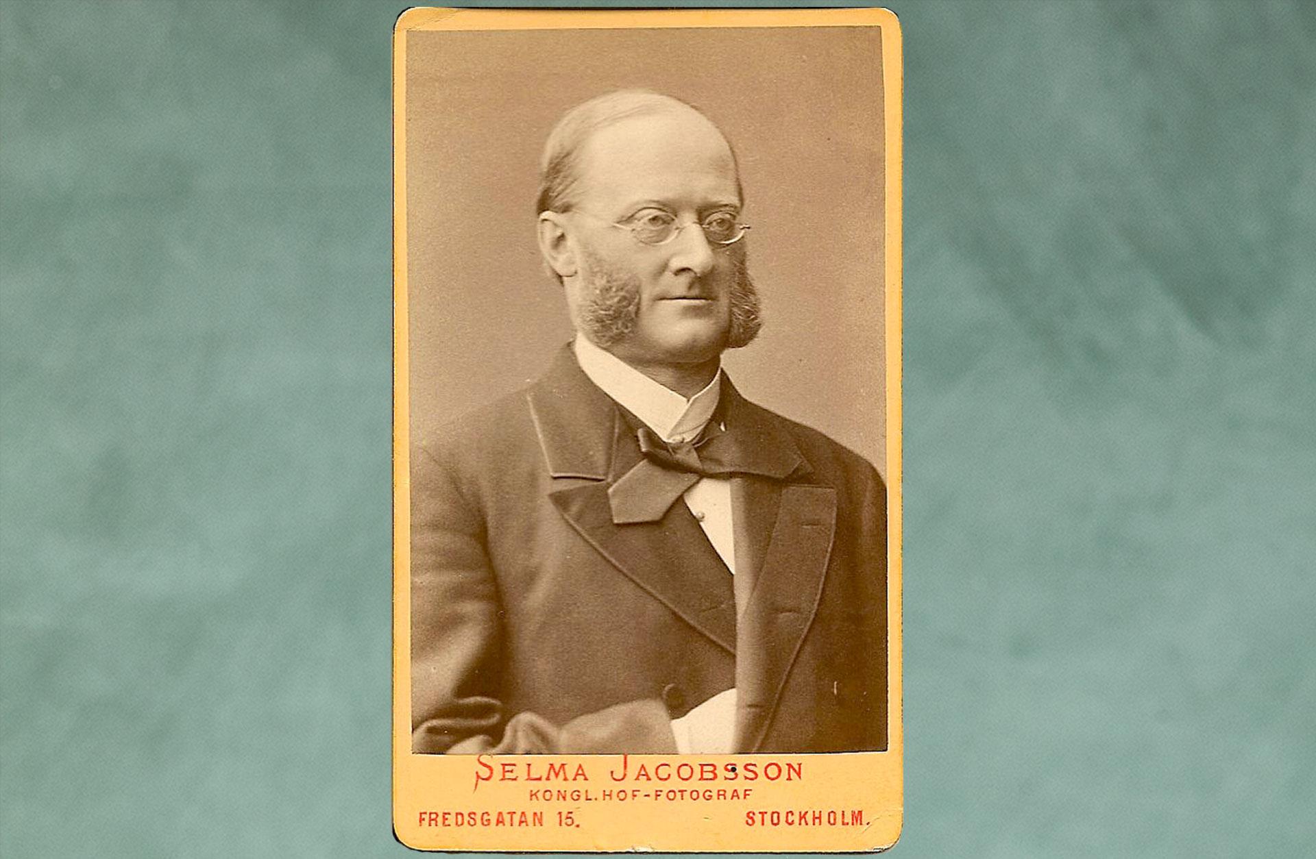 Gammalt foto på Olof Wijk dy i profil med runda glasögon.