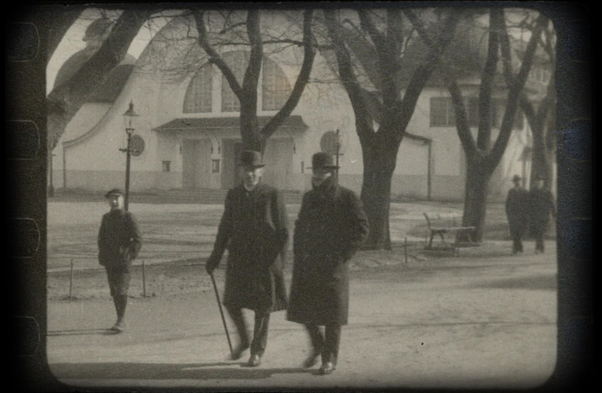 Vännerna Wilhelm Stenhammar och Jean Sibelius på promenad vid Heden.
