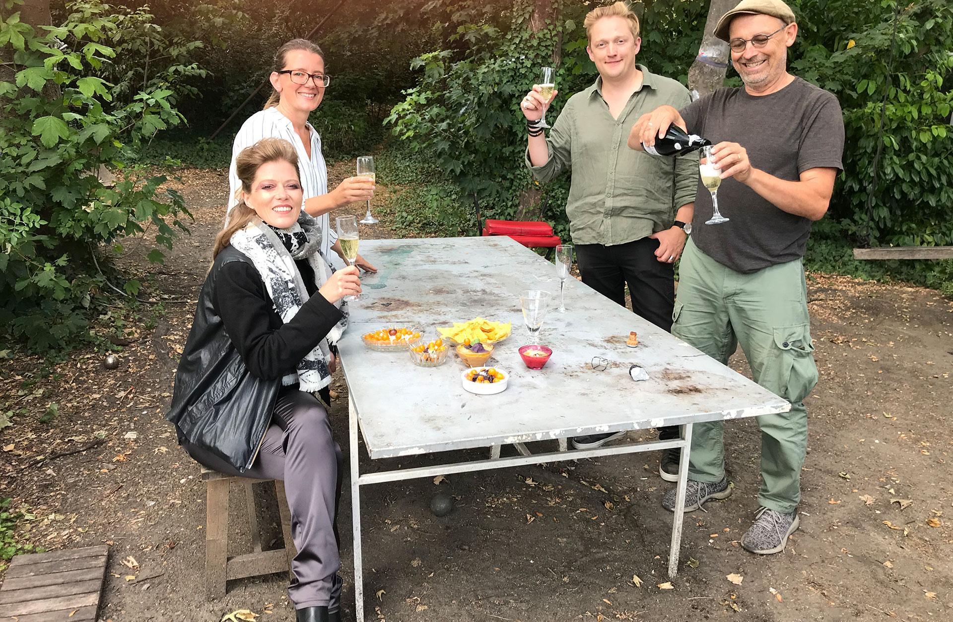 Barbara, Magdalena (textförfattaren), Linus och Mats skålar i champagne.