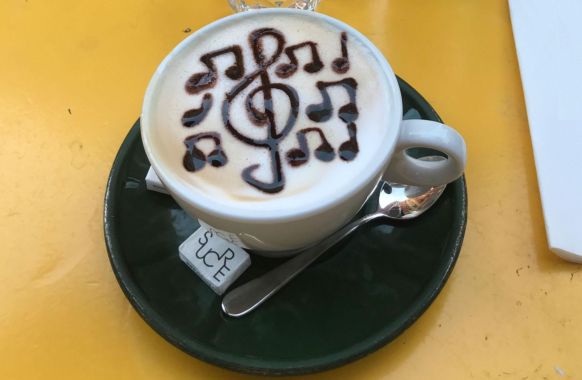 Bild av en kopp kaffe med skummad mjölk.