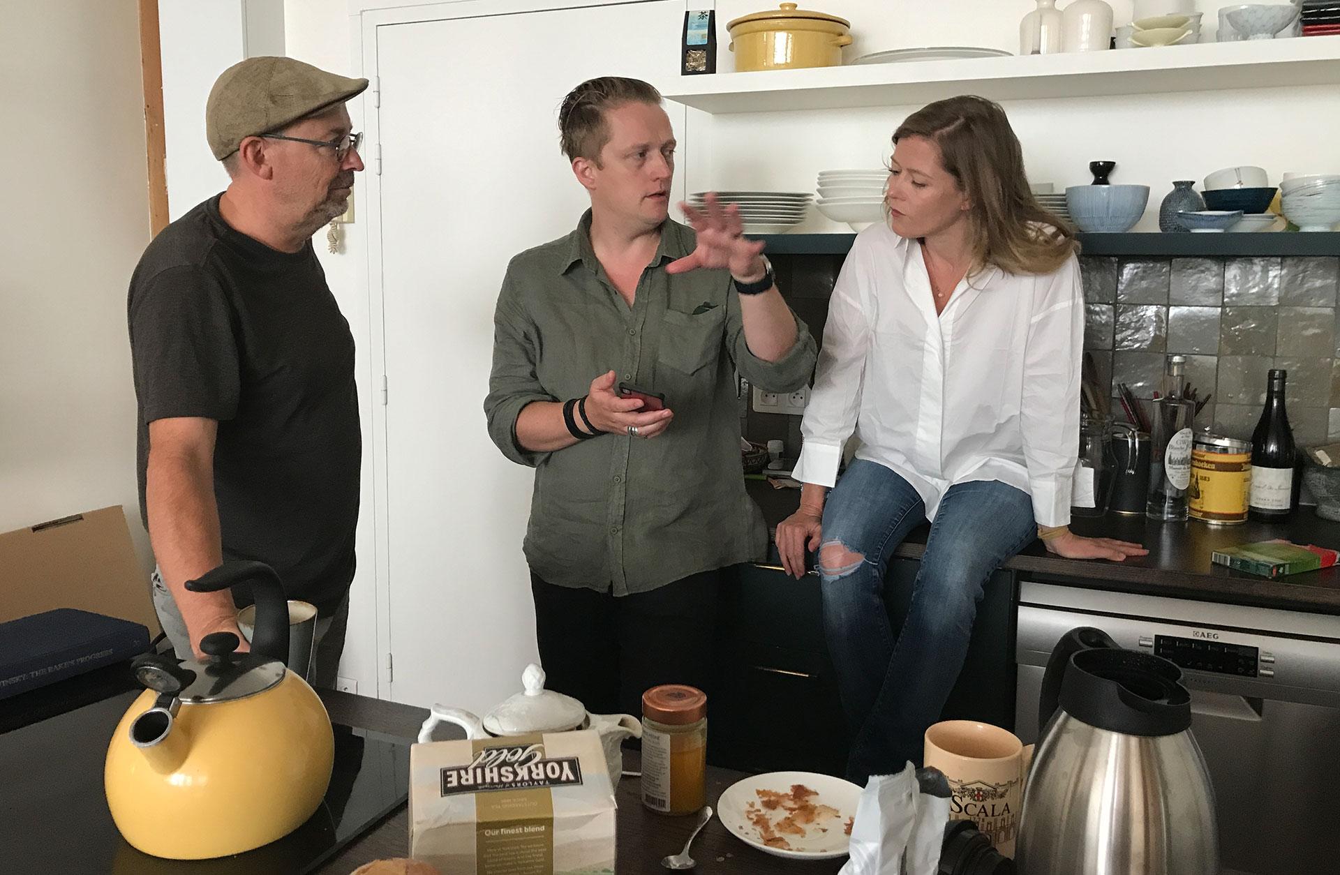 Mats Bäcker, Linus Fellbom och Barbara Hannigan pratar i Barbaras kök.