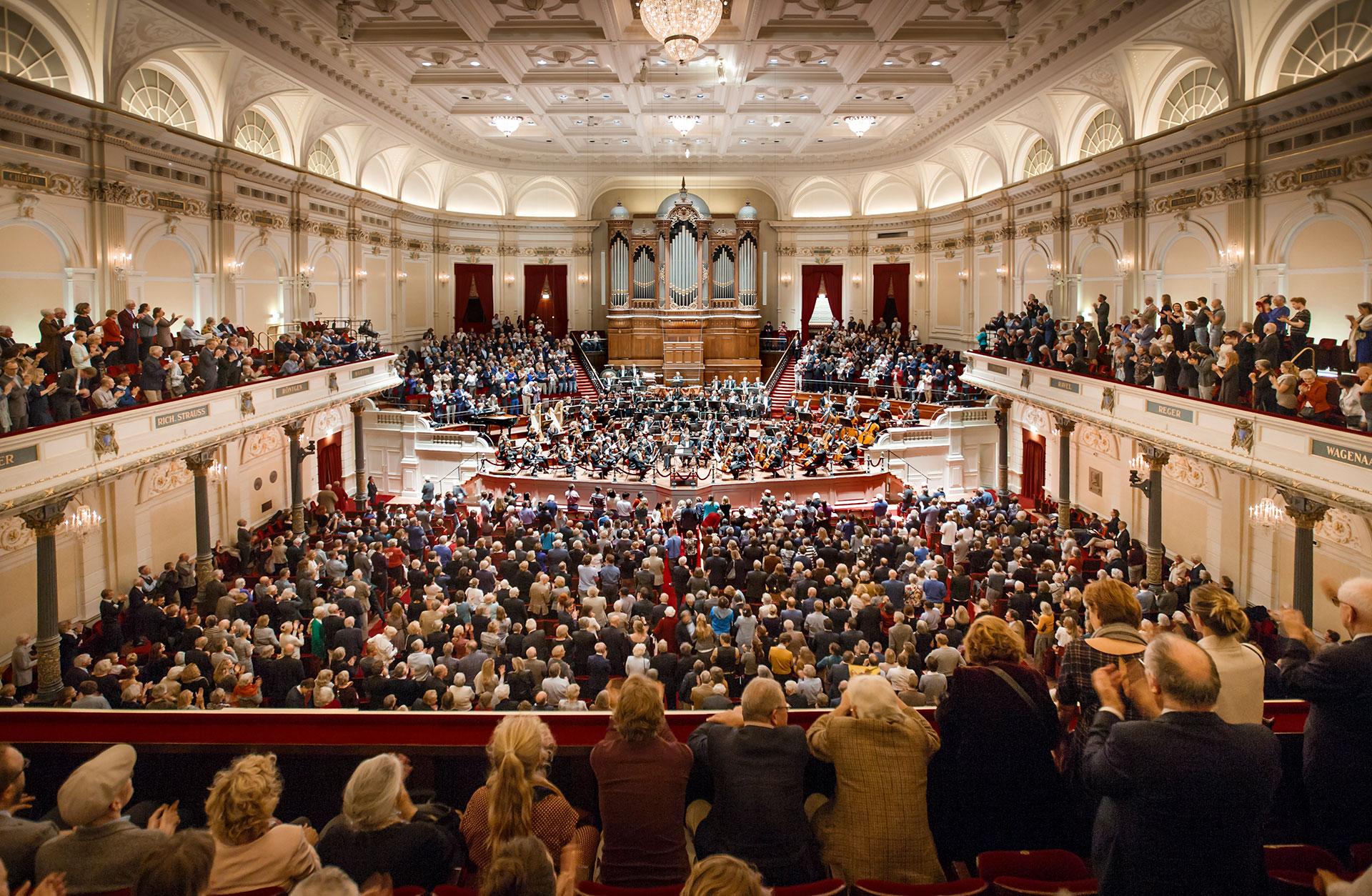 Concertgebouworkestern på podiet i ett fullsatt Concertgebouw