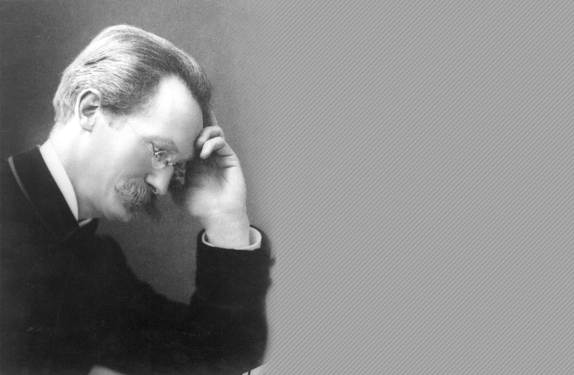 Heinrich Hammer sitter med huvudet lutat i handen.