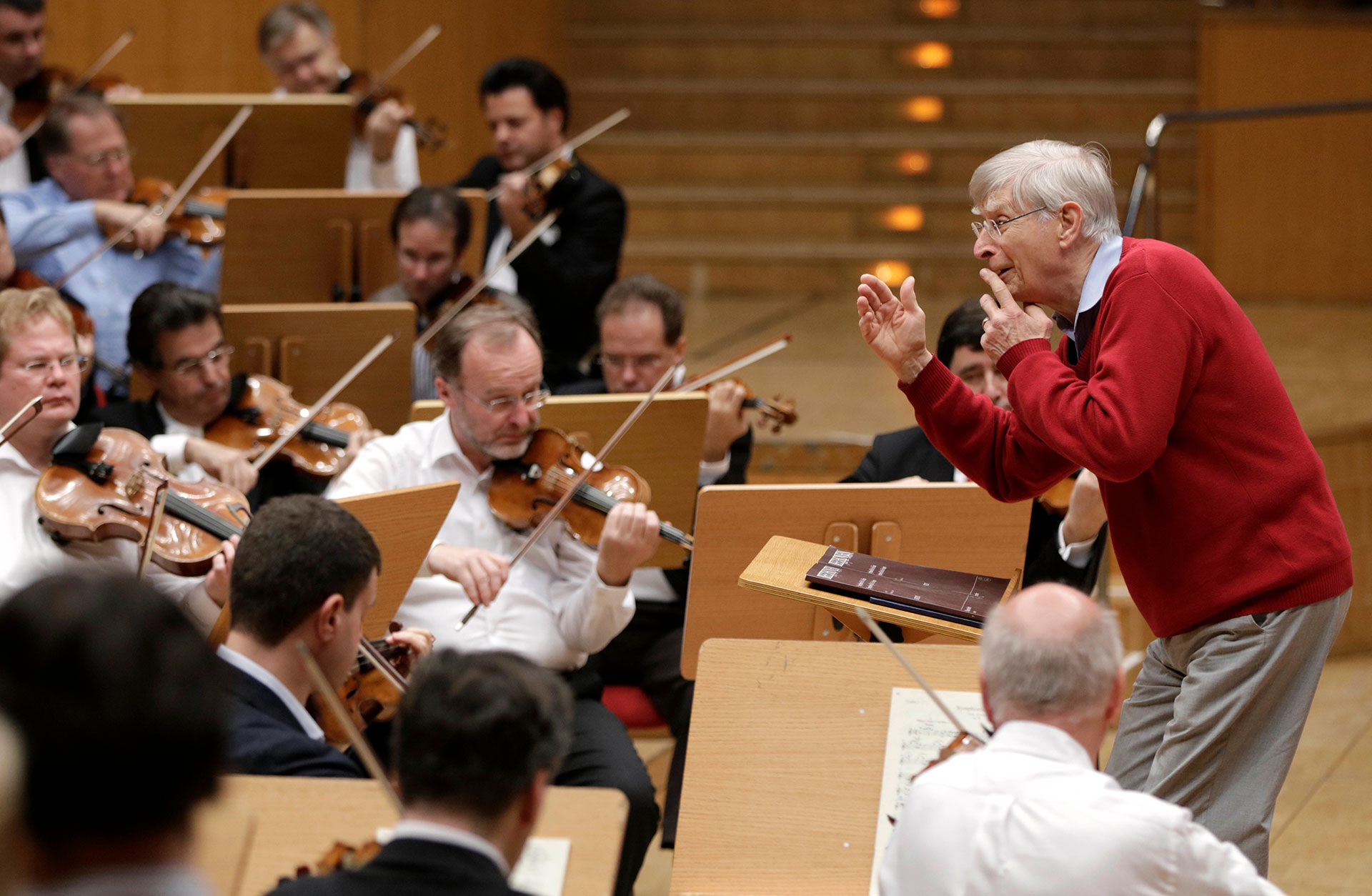 Herbert Blomstedt under en repetition med Wienfilharmonikerna.
