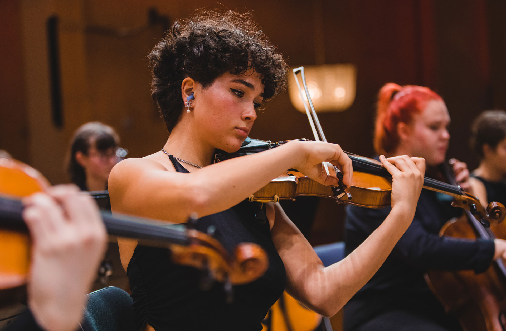 Ung tjej spelar fiol. Fotograf Francis Löfvenholm