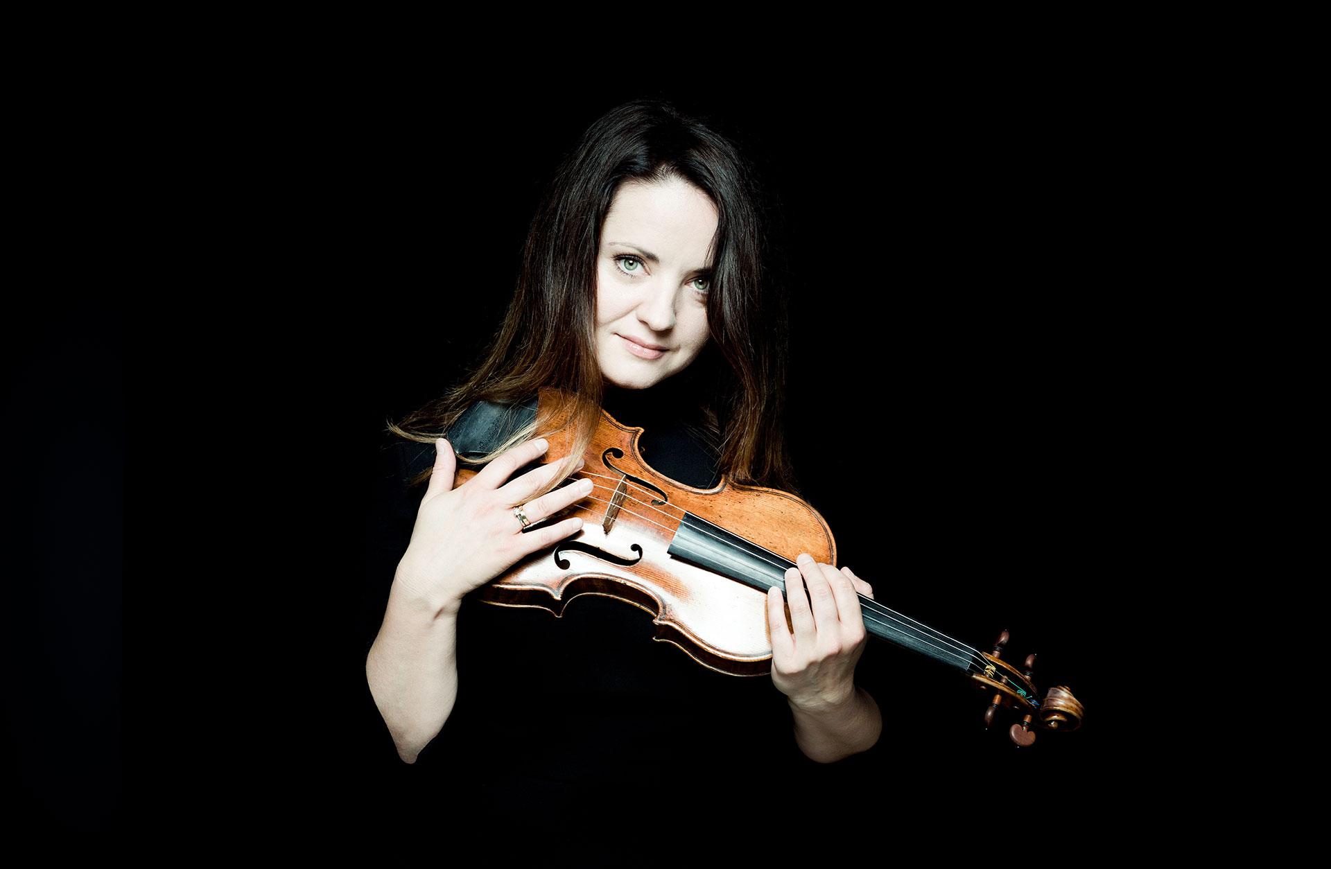 Violinisten Baiba Skride håller i sin violin.