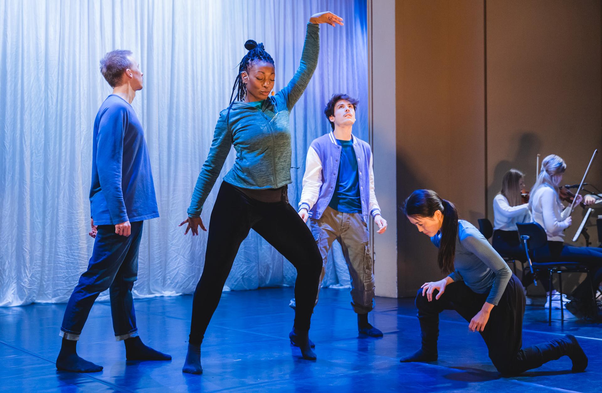 Dansgrupp i rörelse