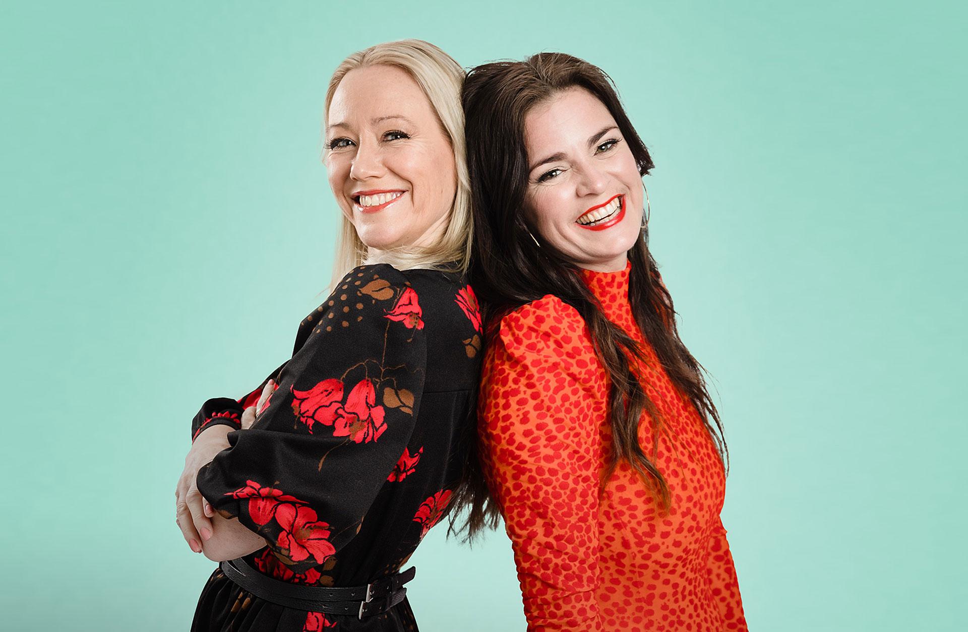 Sara Edwardsson och Ylva Hällén står rygg mot rygg och skrattar. Foto Peter Hagström