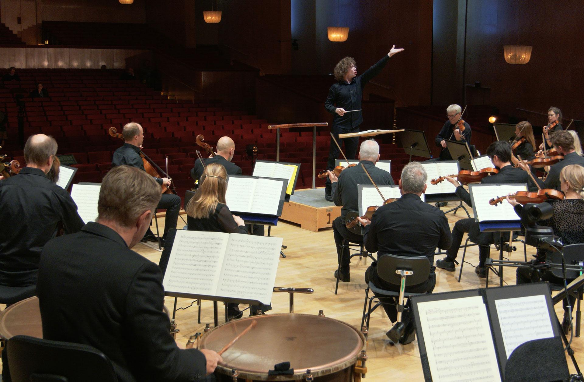 Bild där orkestern sitter glesare än vad de brukar.