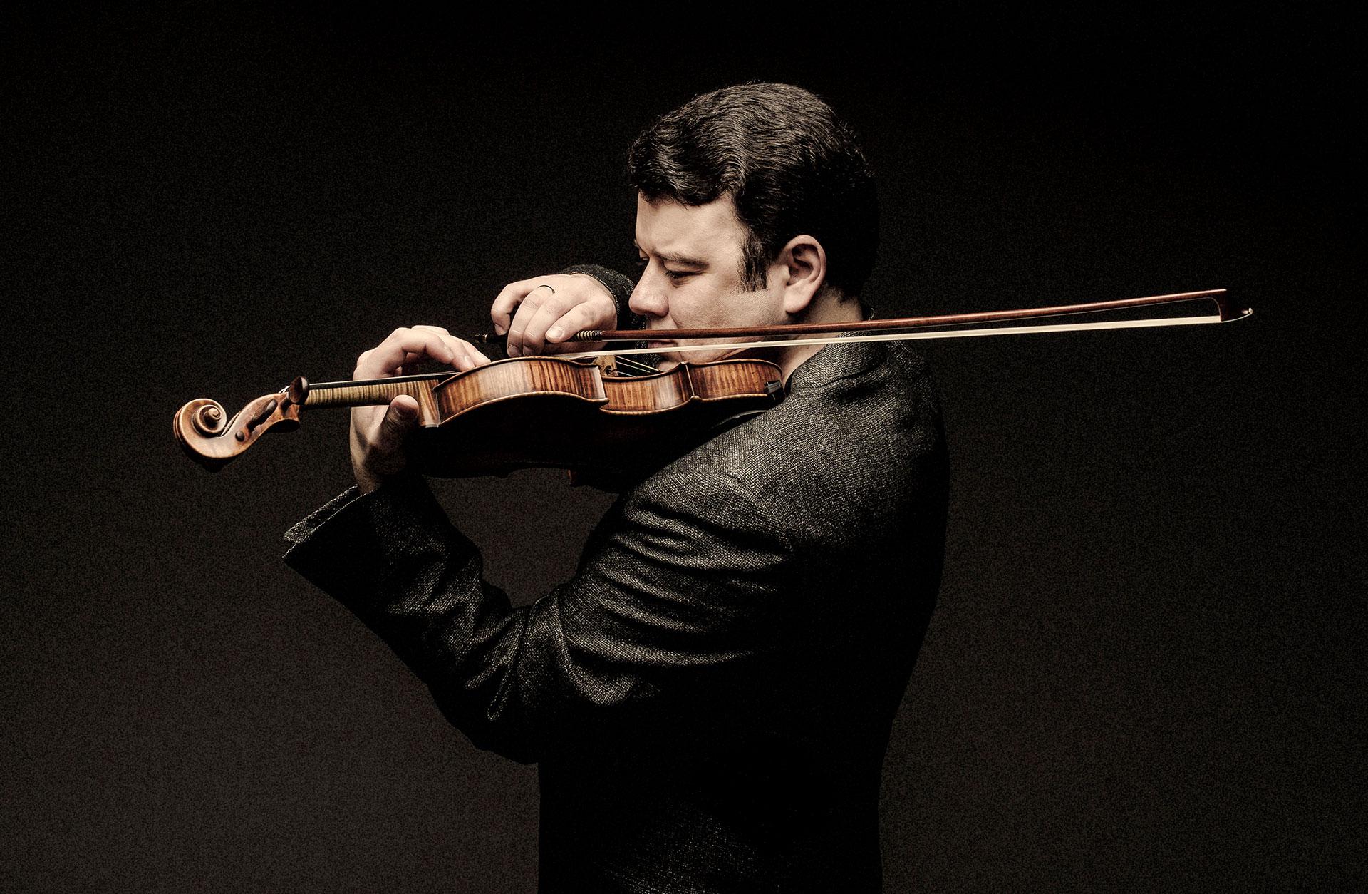 Violinisten Vadim Gluzman spelar passionerat på sitt instrument.