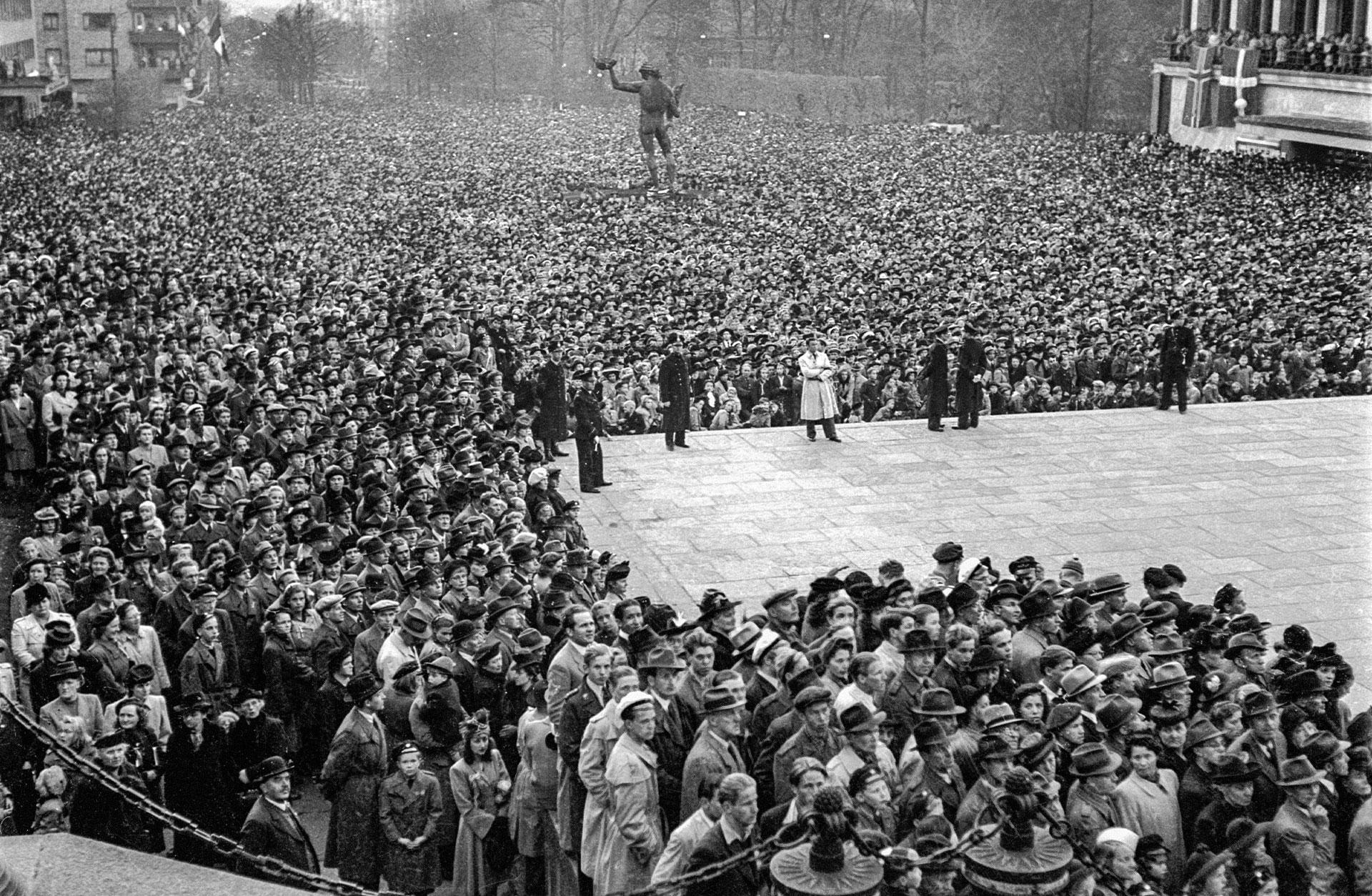 Tusentals människor fyller Götaplatsen för att fira freden.
