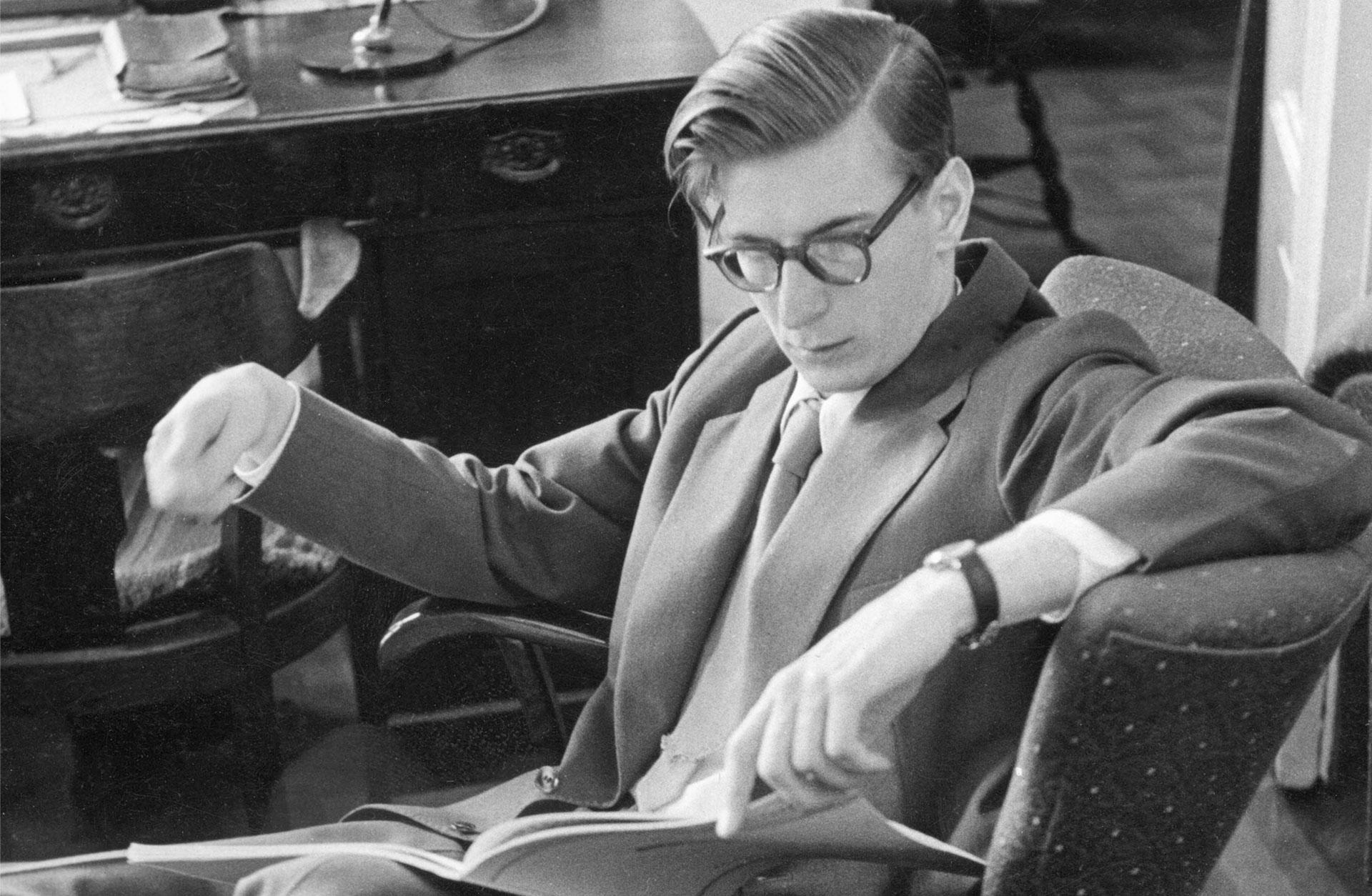 En ung Herbert Blomstedt läser ett partitur på sitt kontor.