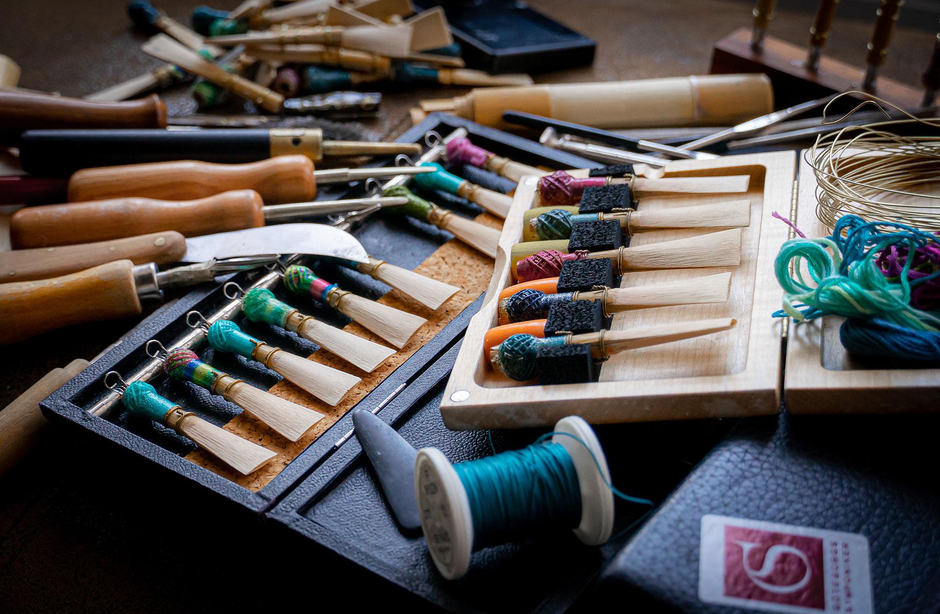 Askar med fagottrör och verktyg ligger på ett bord.