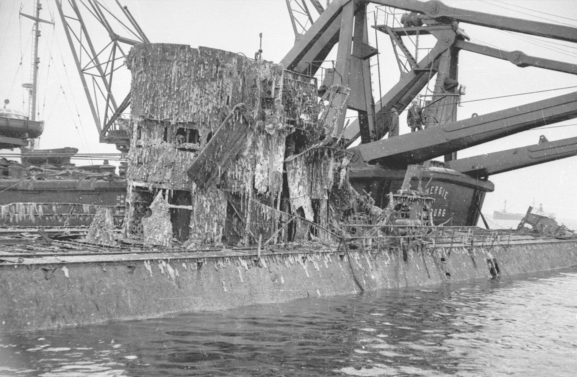 Ett ubåtsvrak har lyfts till ytan av kranar från ett annat fartyg.