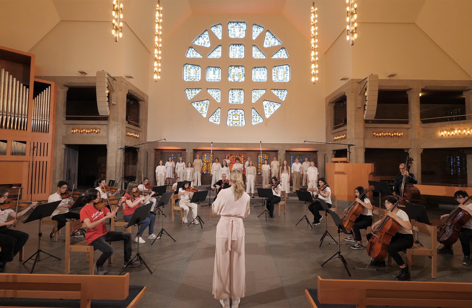 Göteborgs Flickkör och Dream Orchestra i Bethlehemskyrkan i Göteborg