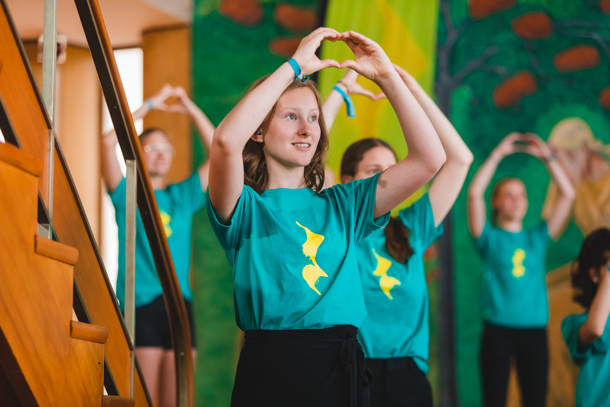 ungdomar som formar händerna til hjärtan