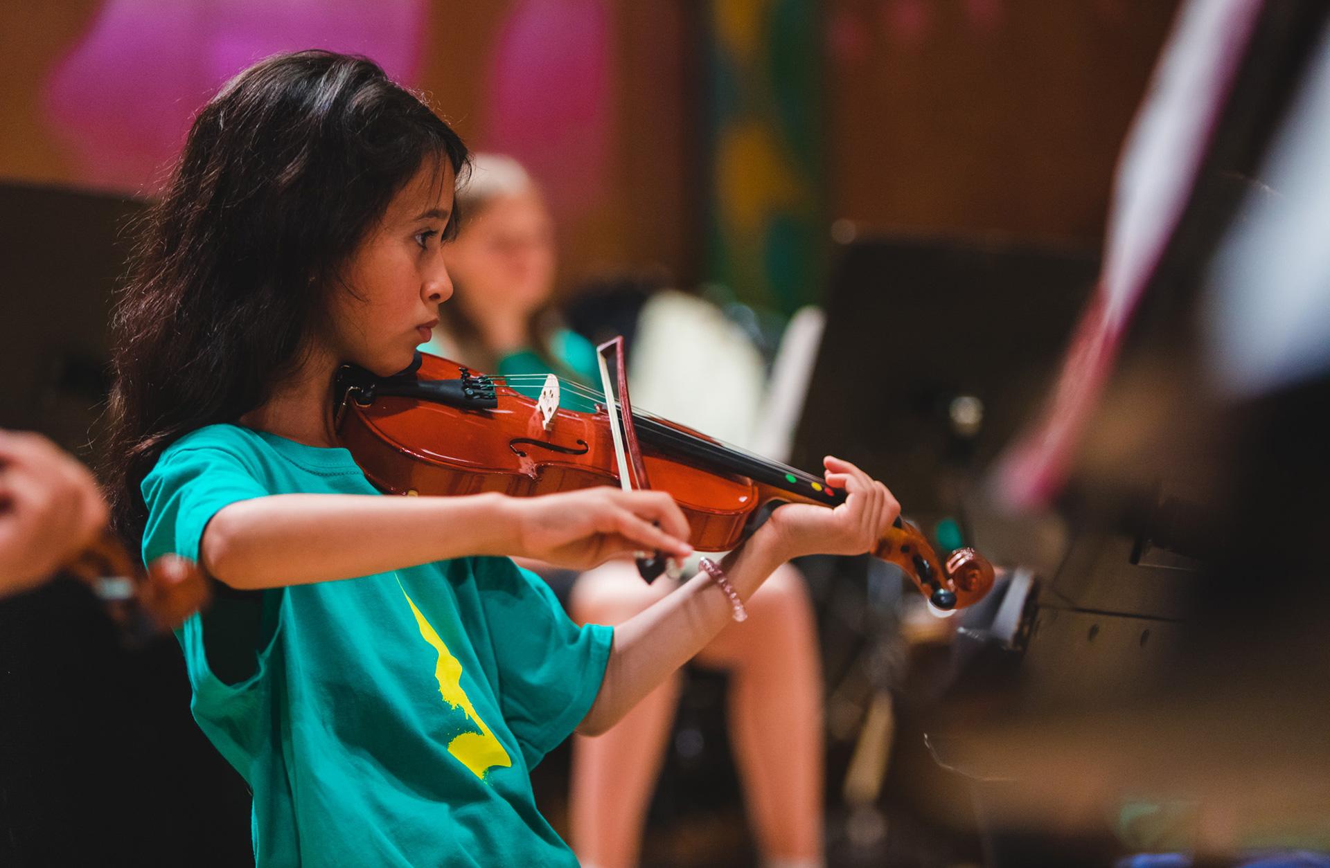 barn som spelar fiol