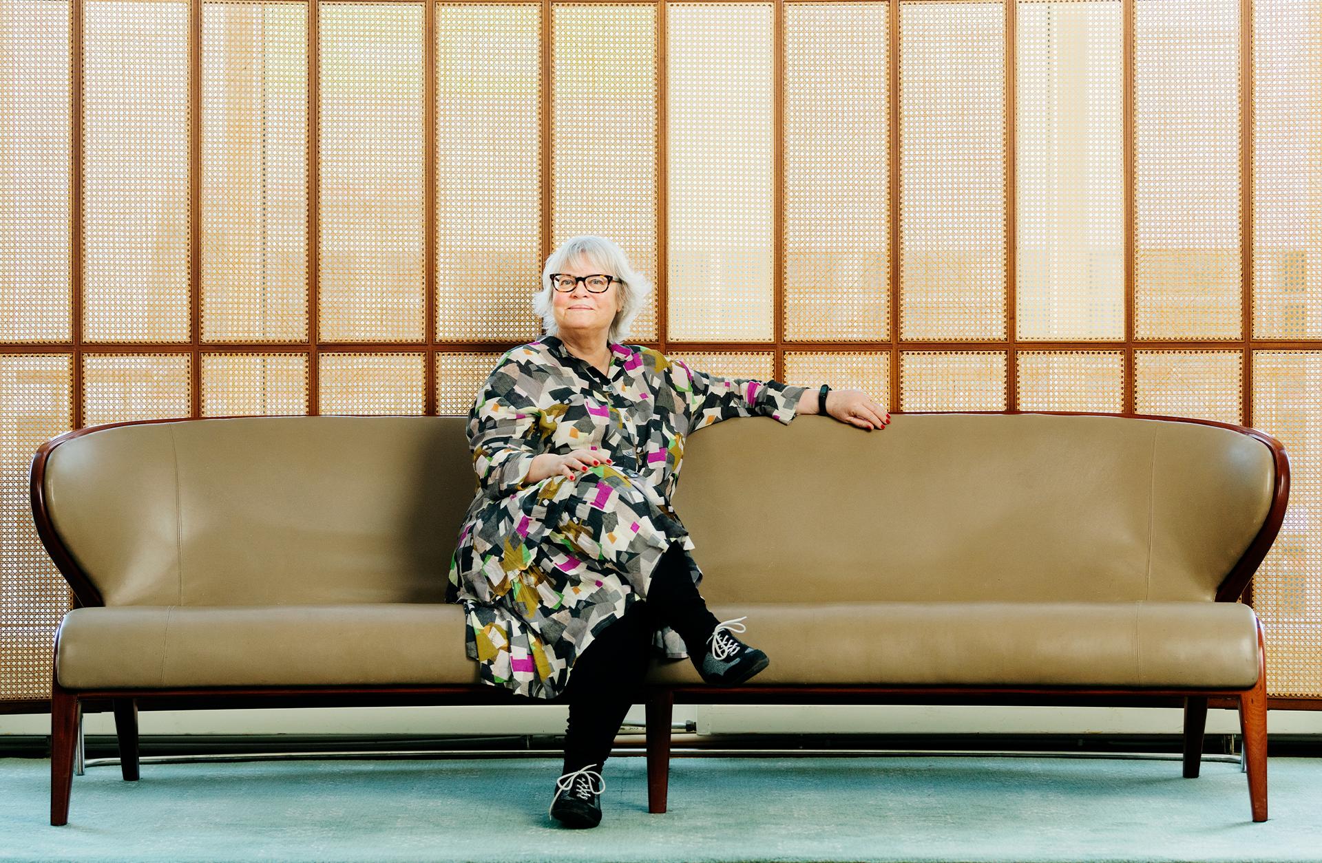 Kvinna sitter i Konserthusets soffa