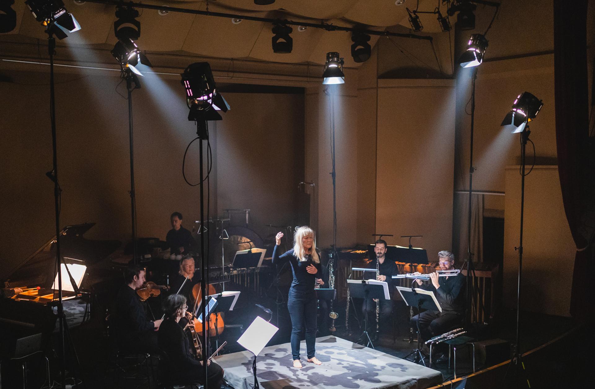 Kvinna på scen, konsert i Stenhammarsalen