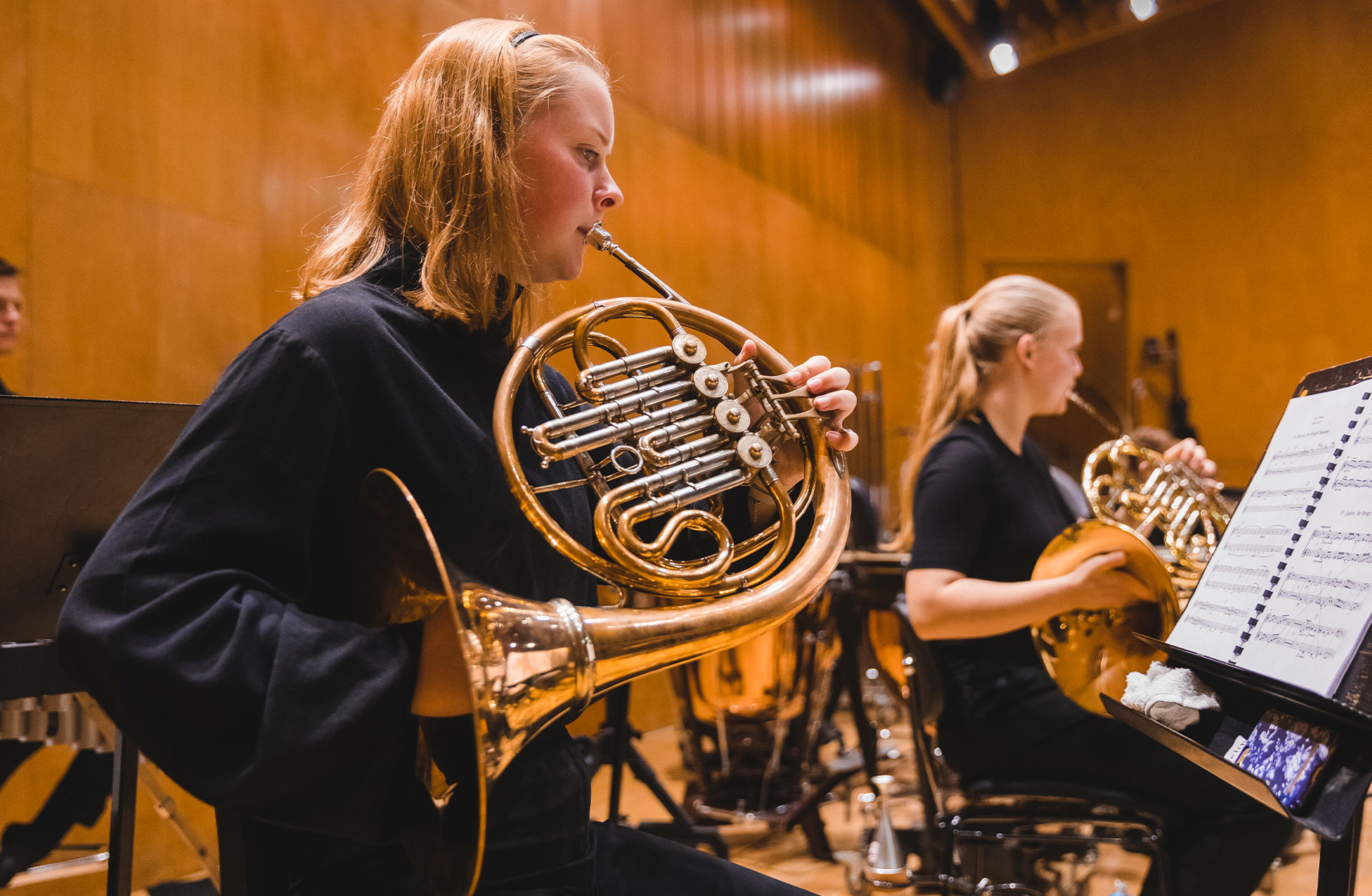 Evelina Glänneskog spelar horn under en repetition