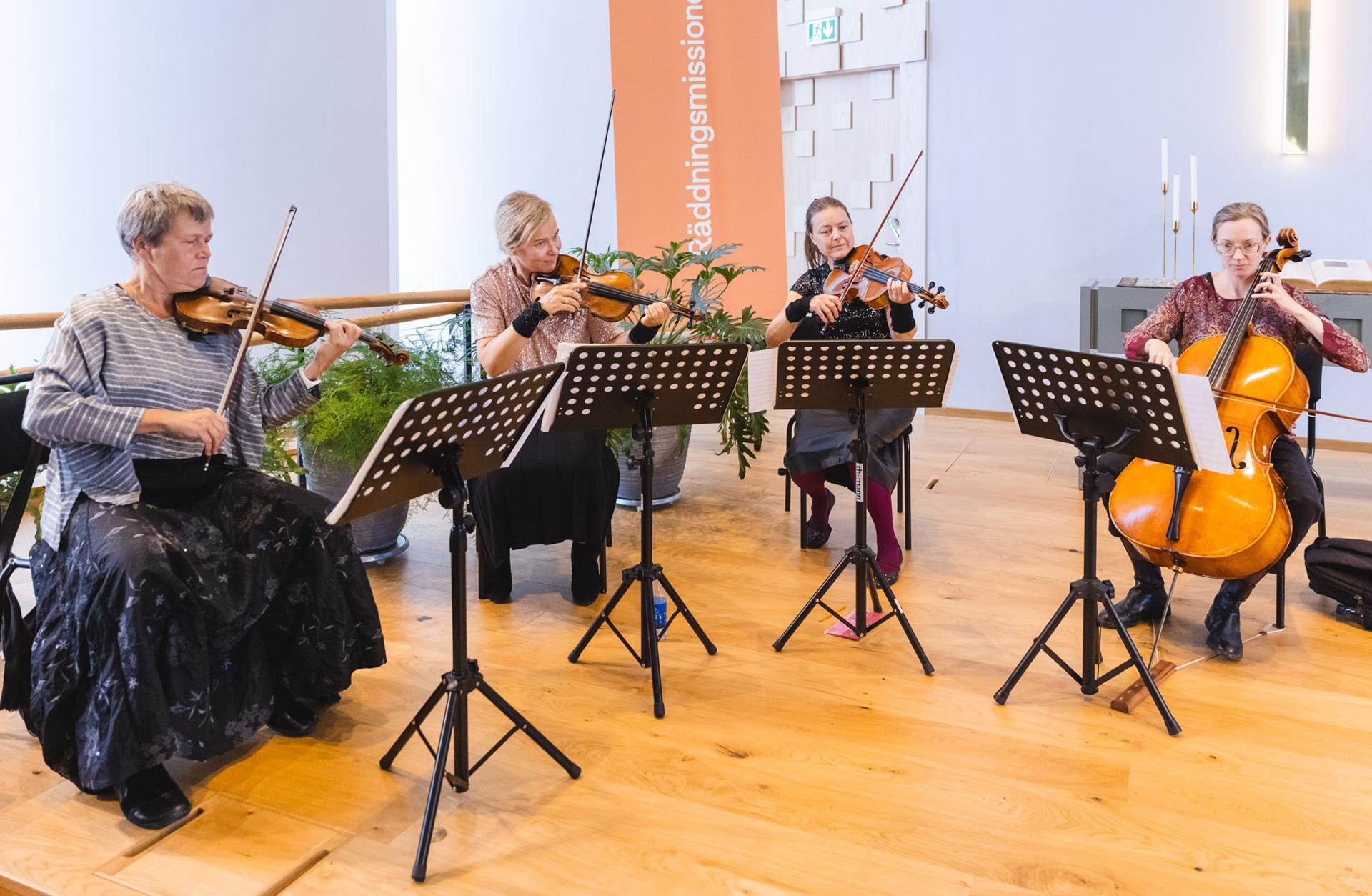 Kvartett spelar fiol i kyrka