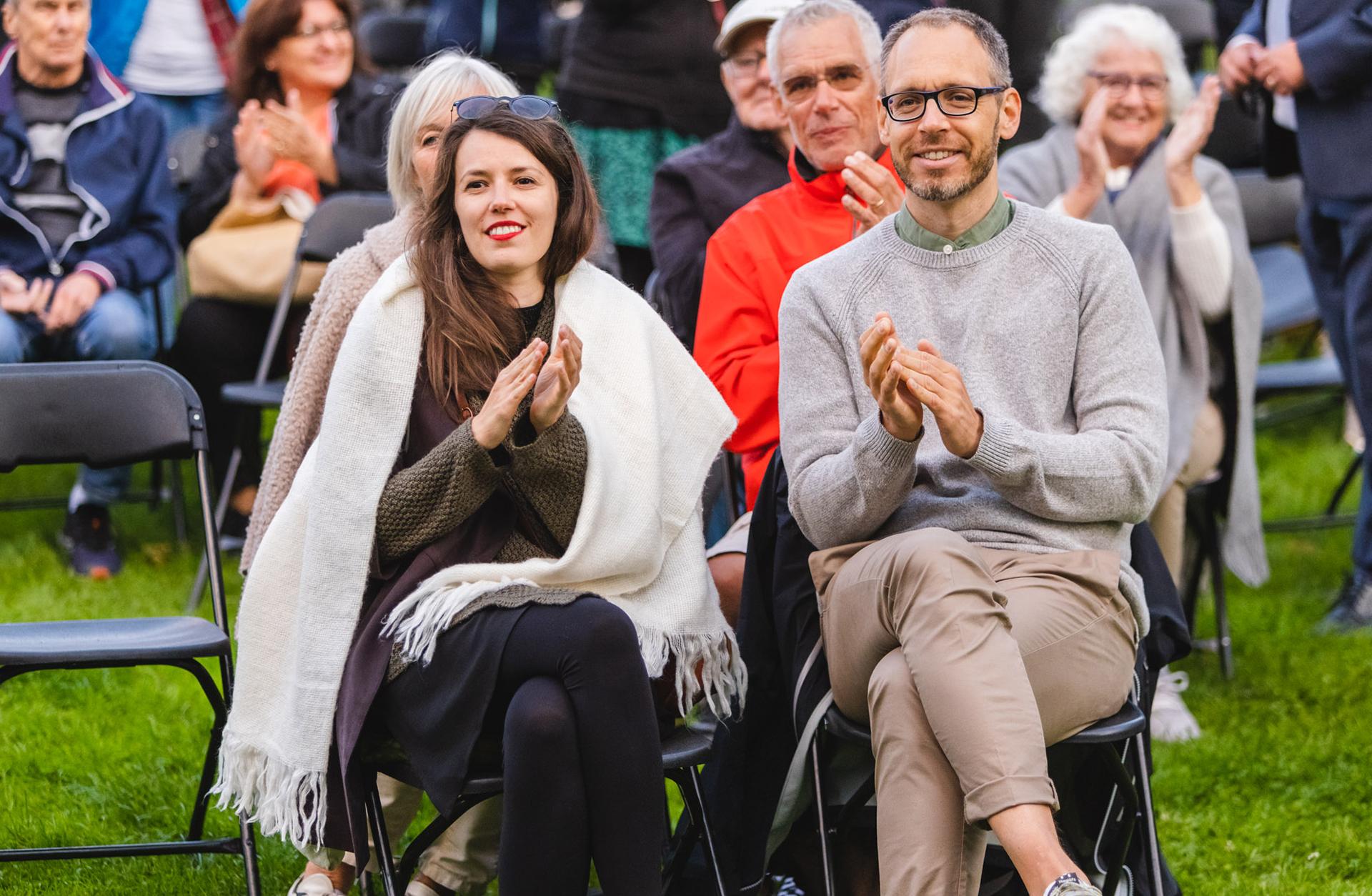 Man och kvinna applåderar