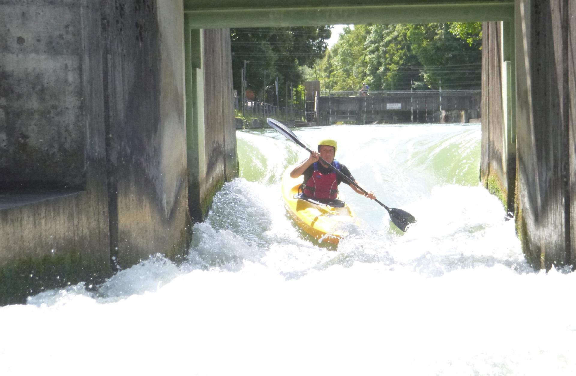 En kanotpaddlare i stark fors