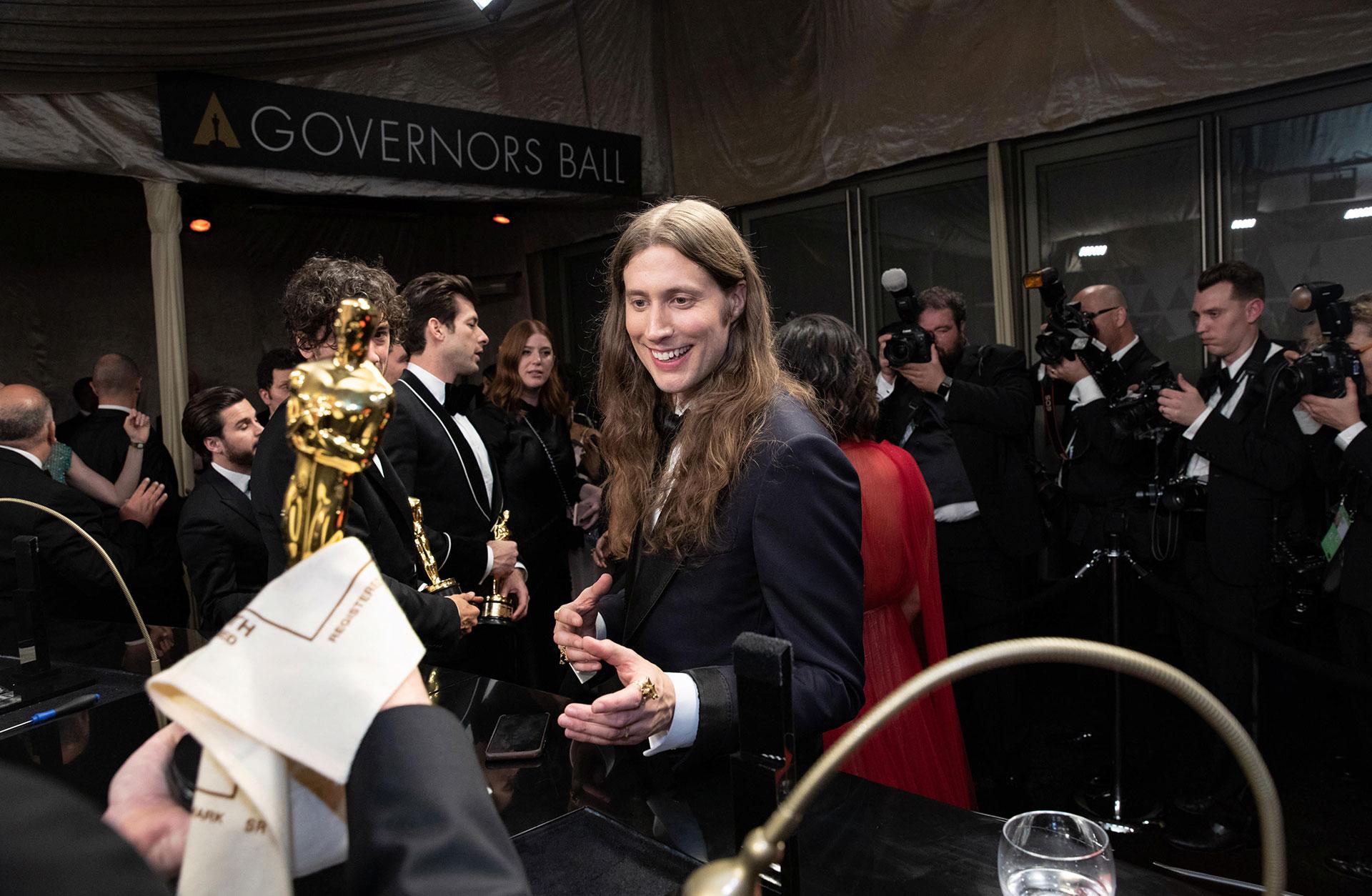 Ludwig Göransson på the Governors Ball efter den 91:a Oscarsgalan. Han är glad och Oscars-statyetten hålls upp.